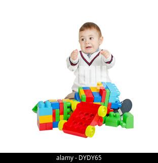 Angry boy con coloridos juguetes de plástico aislado en blanco