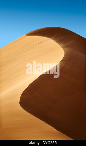 Soplado de arena sobre el Sahara dunas de Erg Chebbi, Marruecos, África
