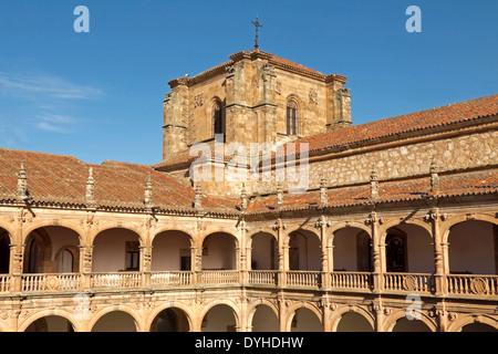 Galería claustro del Colegio Mayor de Fonseca (siglo xvi), en la histórica ciudad de Salamanca, Castilla y León, España.