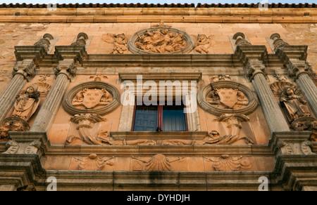 Fachada del Colegio del Arzobispo de Fonseca (siglo xvi), en la histórica ciudad de Salamanca, Castilla y León, España.