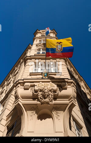 """Antiguo edificio """"Zum Eisgrübl', del siglo XIX, ahora la Embajada de la República del Ecuador, con la bandera nacional, Viena"""