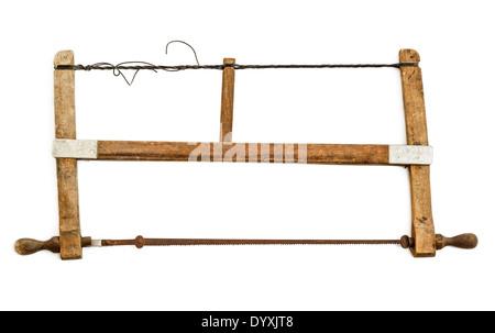Old Fashioned carpinteros sierra de arco aislado sobre fondo blanco.