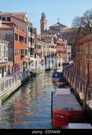 Venecia, Italia - 11 de marzo de 2014: Fondamneta del monastero street y el canal.