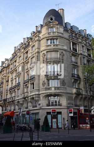 París, suburbio interior, bloque de apartamentos sobre tiendas
