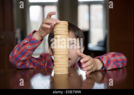 Boy acumulación de galletas