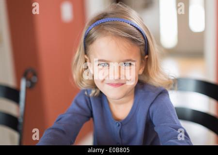 Retrato de cute sonriente joven