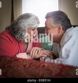 Afectuoso adulto maduro pareja acostada en la cama