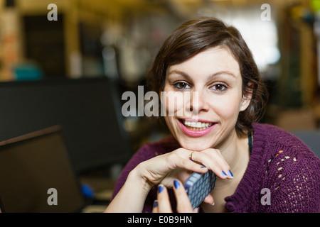 Retrato del diseñador hembra con el smartphone