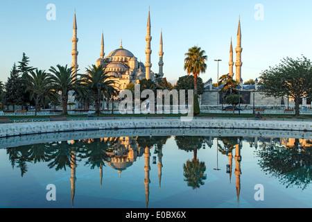 Mezquita Azul reflejado en piscina, Estambul, Turquía Foto de stock