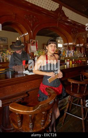 La gente en el Crystal Palace Bar, Tombstone, Western Heritage, la minería de plata, el desierto de Sonora, Arizona, EE.UU., América