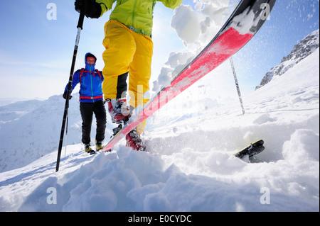 Dos esquiadores ascender al monte Sulzspitze Tannheim, Montañas, Allgaeu Alpes, Tirol, Austria