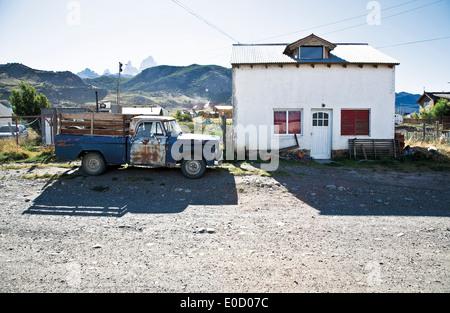 Viejo camión cerca de una casa, El Chaltén, Fitz Roy, en el fondo, Santa Cruz, Patagonia, Argentina