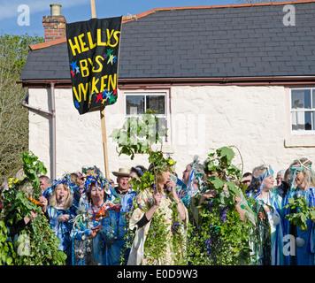 Los participantes en el Hal-un-Tow bailar en las celebraciones del Día de la flora anual en Cornualles, Reino Unido Helston