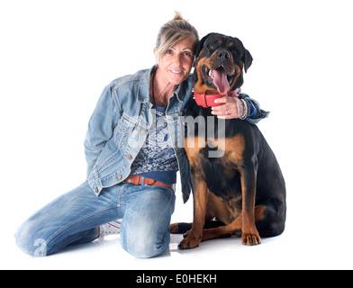 Retrato de una mujer de raza rottweiler y delante de un fondo blanco
