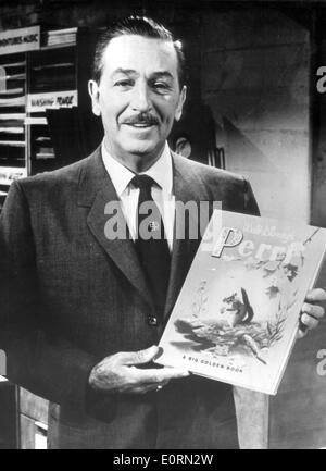 Walt Disney sosteniendo uno de sus libros de cuentos