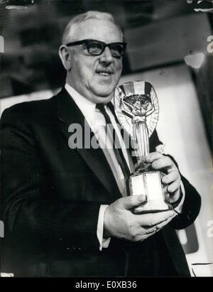 Enero 01, 1966 - El sorteo de la Copa Mundial de Fútbol: El sorteo de las rondas finales de la Copa Mundial de Fútbol, que se jugó en Inglaterra en julio de este Foto de stock