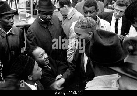 Martin Luther King Jr. en una marcha por la paz en la Plaza de las Naciones Unidas Foto de stock