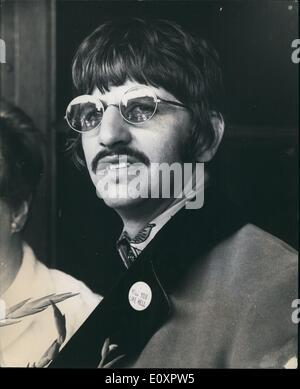 Agosto 08, 1967 - Beatle Ringo Starr visita su Hijo : Beatle Ringo Starr ayer visitó a su esposa de 21 años. Maureen y día viejo hijo Jason, en Queen Charlotte's Hospital, Londres. Ringo, que fueron una insignia en su lectura de solapa ''I miss you like hell'', dice la madre y el bebé estaban haciendo bien. Hingo y Maureen ahora tienen dos hijos. Su primer hijo, Zak, serán dos en una quincena. La foto muestra Beatle Ringo Starr retratada ayer en el hospital.