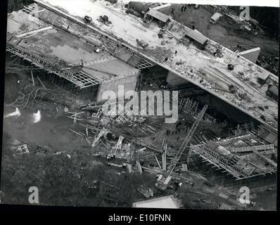 Octubre 10, 1972 - tres muertos en caída de puente: Tres hombres fueron asesinados y 10 resultaron gravemente heridas cuando los andamios de acero de un puente en una carretera de enlace a la autopista M4, colapsó ayer en el cauce de un río en Woodley, cerca de la lectura. La foto muestra la vista aérea que muestra la sección del puente de la carretera de enlace M4 que se hundió en el río Loddon, cerca de la lectura en el día de ayer. Foto de stock