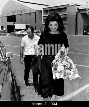 La Primera Dama Jackie Kennedy Onassis con su guardaespaldas