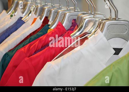 Colorida ropa colgando en el ropero