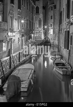Venecia, Italia - 11 de marzo de 2014: Mira a escala Lavezzera canla de noche