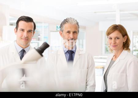 Retrato de seguros de los científicos en el laboratorio