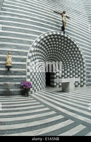 Vista interior de la iglesia de San Giovanni Battista, Mogno Tessin, Suiza