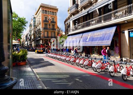 Alquiler de bicicletas en La Rambla, Barcelona, Cataluña, España