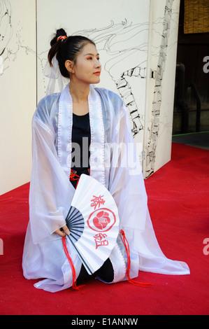 Atractiva jovencita japonesa vistiendo pantalones negros y for Pantalones asiaticos