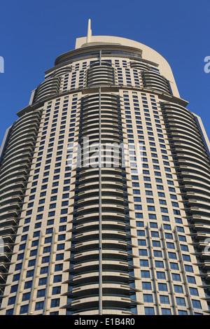 Vista del Hotel La dirección en el Dubai Mall, el centro comercial más grande del mundo, el centro de compras y entretenimiento en Octubre 31, 2013 en Dubai,