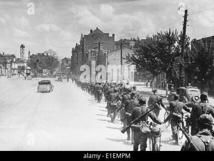 Texto de Propaganda! Los informes de noticias de los nazis en la parte posterior de la imagen: 'Divisions se mueven a través de Jarkov.' foto desde el frente oriental, publicada el 11 de junio de 1942. (Defectos en la calidad debido a la histórica imagen copiar) Foto: Berliner Verlag/Archive - SIN CABLE SERVICIO -