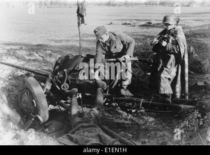 """Texto de Propaganda! Los informes de noticias de los nazis en el reverso de la fotografía: """"Fuera de acción. El shell alemán detonó cerca del cañón del arma y mató a toda la tripulación pistola soviética."""" Fotografía tomada en el frente oriental, el 24 de noviembre de 1944. (Defectos en la calidad debido a la histórica imagen copiar) Foto: Berliner Verlag/Archive - SIN CABLE SERVICIO -"""