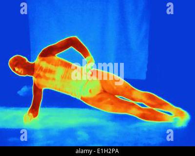Imagen térmica de la joven haciendo un brazo empuje ups. La imagen muestra el calor producido por los músculos Foto de stock