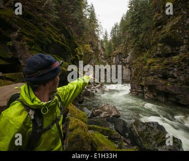 Puntos de excursionistas acantilados, Coquihalla Canyon Parque Provincial y túneles de Otelo, Trans-Canada Trail, Esperanza, British Columbia, Canadá Foto de stock
