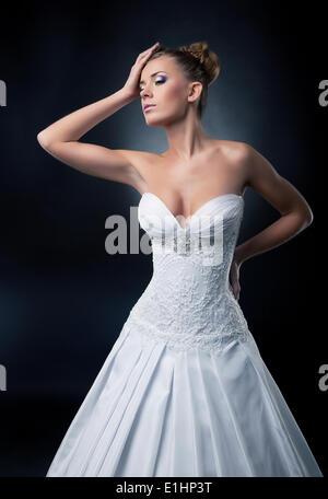 Tentador pelo rubio novia moda femenina modelo posando en el estudio. Serie de fotos