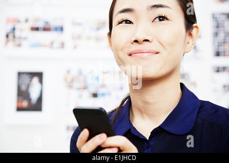 Mujer joven con el smartphone