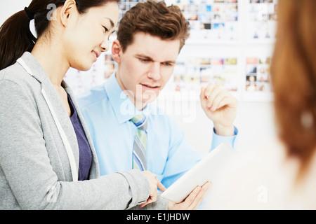 En conversaciones con colegas de negocios tableta digital