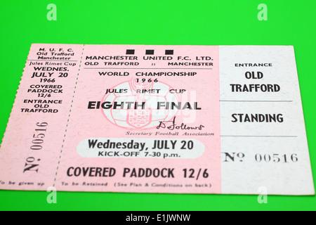 Las entradas para la Copa Mundial de 1966 Original para el octavo encuentro final - Hungría V Bulgaria sobre un fondo verde Foto de stock