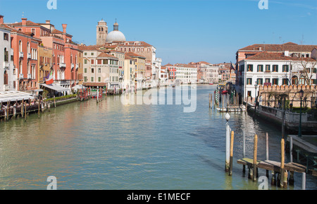 Venecia, Italia - 11 de marzo de 2014: el Canal Grande desde el Ponte degli Scalzi