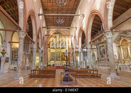 Venecia, Italia - 11 de marzo de 2014:el interior de la iglesia de Santa Maria dell orto