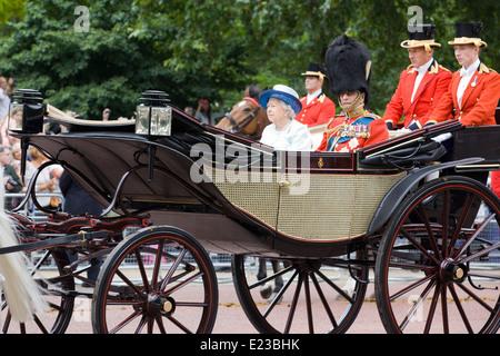 Su Alteza Real la Reina Isabel 11 con Prince Phillip y outriders para Trooping el color de Londres, Inglaterra
