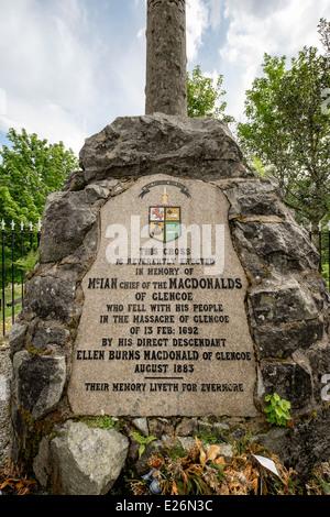 Inscripción en la masacre de Glen Coe Monumento al clan MacDonalds masacrados en 1692. Glencoe Highland Scotland Reino Unido Gran Bretaña