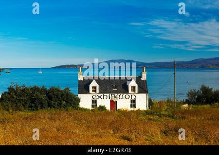 Reino Unido Escocia Highland Inner Hebrides Isla de Skye,Broadford típica casa tradicional situada en el borde del agua utilizada para exposiciones de arte Foto de stock