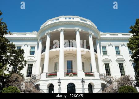 WASHINGTON DC, Estados Unidos - disparo cerca del pórtico sur de la Casa Blanca en Washington DC. Esta parte del edificio es el mejor conocido y las caras laterales del Monumento a Washington y el Jefferson Memorial. Esta foto está tomada cerca bajo el pórtico en el South Lawn.