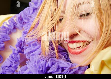 Mujer sonriente con volante falda alrededor de la cara, Vista cercana