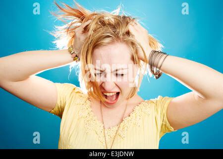 Mujer joven gritando