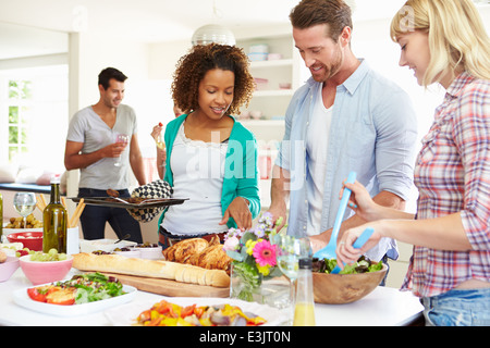 Amigos hablando a la cena foto imagen de stock 72117075 alamy - Cena con amigos en casa ...