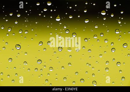 Closeup imagen de gotas de agua sobre una ventana después de la lluvia