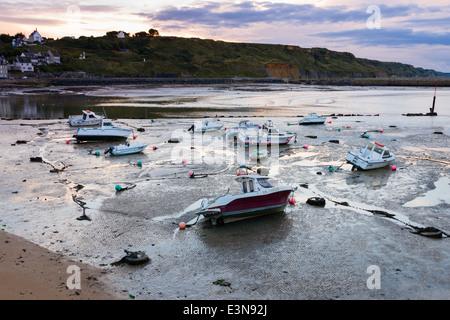 Barcos sentado fuera del agua durante la marea baja, Port-en-Bessin, Normandía, Francia